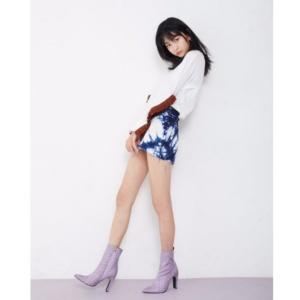 ショートパンツスタイルでスタイル抜群の成田愛純の美脚画像