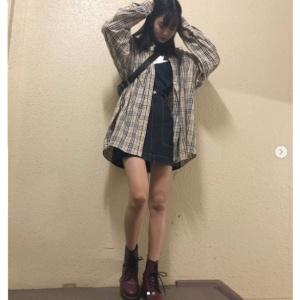 スカートスタイルでスタイル抜群の成田愛純の画像