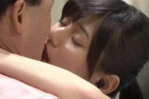 城島茂の結婚相手の菊池梨沙が春日とキスする画像