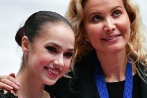 アリョーナ・コストルナヤと同じチームのアリーナ・ザギトワとコーチのエテリ・トゥトベリーゼ