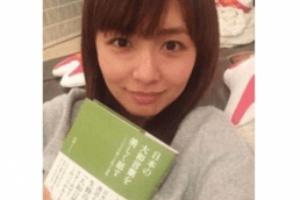 伊藤綾子の匂わせ:本の紹介と見せかけて大量の嵐グッズを映り込ませる