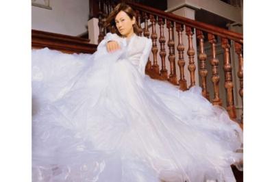 氷川きよしのウェディングドレス風の衣装