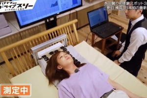 番組で最新機器で枕づくりを体験した本田翼:2019年7月頃