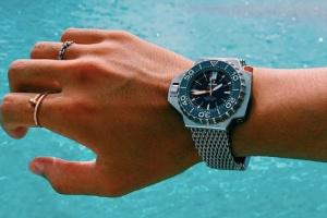 高価な時計やアクセサリーを身につけている石倉ノア