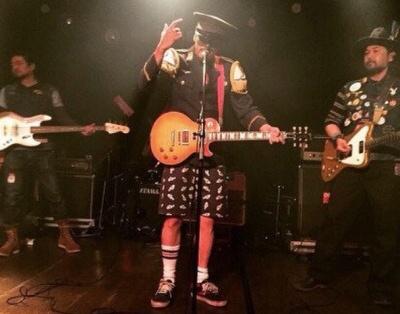 長瀬智也のプライベートバンド「THE SISSY BARS」真ん中が長瀬智也