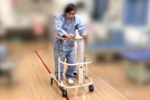 現在は歩行器などを使って歩けるまでに回復しているが復帰にはまだ時間がかかる