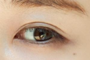 田中みな実の目:二重の線が何重にもなっている